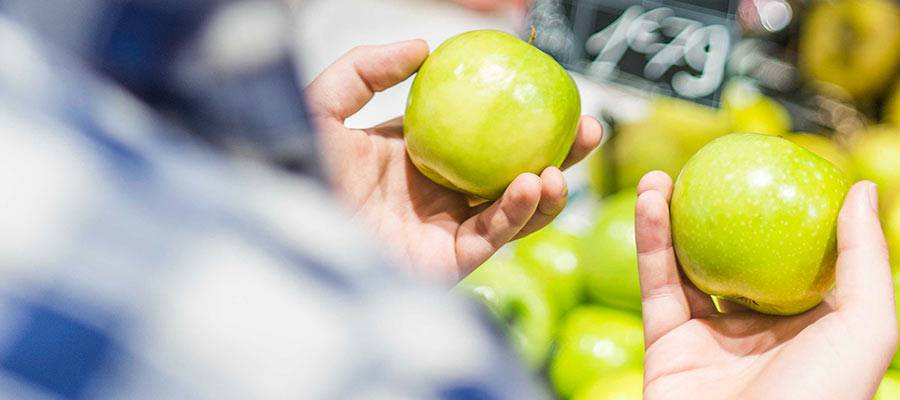 Una persona sosteniendo manzanas.